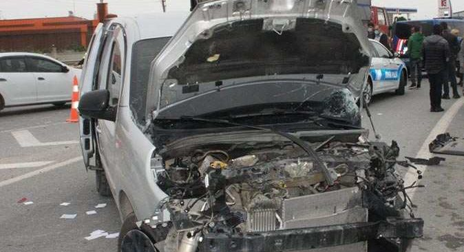 Antalya'da yolcu otobüsü ile tarım işçilerini taşıyan araç çarpıştı: 6 yaralı
