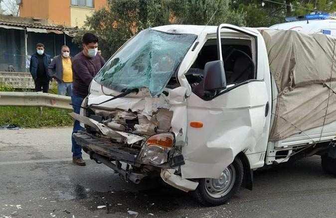 Antalya'da kamyonet tıra arkadan çarptı! Sürücü yaralandı