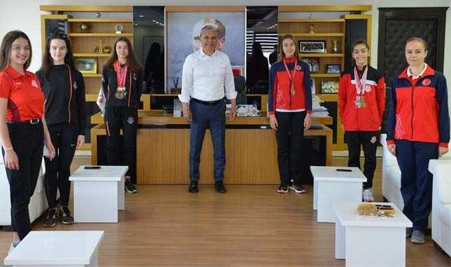 Başkan Ümit Uysal, lastik kızları ağırladı