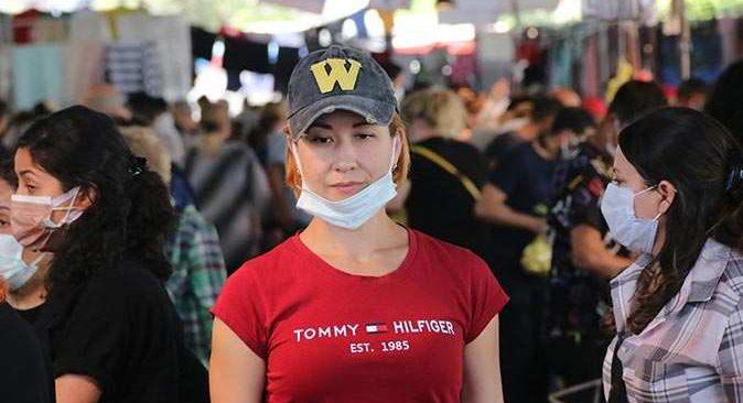Antalya'da artan vaka sayılarına rağmen onca insanın içerisinde maskesiz alışveriş yaptılar