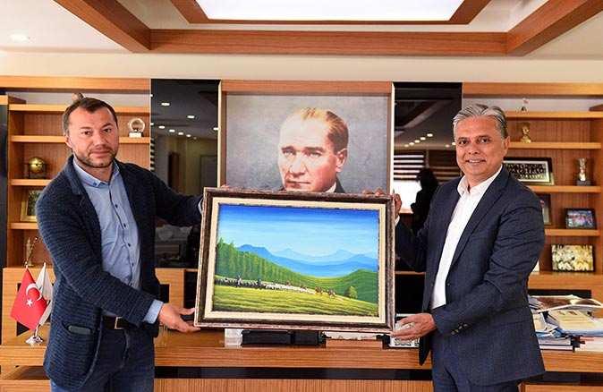 Sinan Demir 'Göç üstü ölü' resmini Başkan Ümit Uysal'a hediye etti