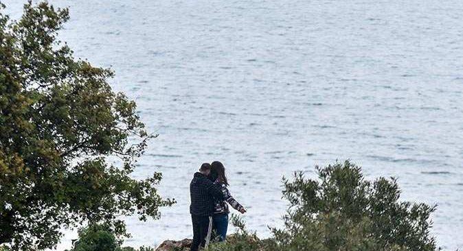 Antalya falezlerde tehlikeli romantizm! Yürekler ağza geldi