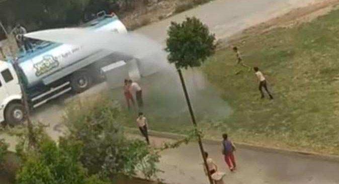Antalya'da bunaltıcı sıcaklar başladı, serinlemenin kolay yolunu çocuklar buldu