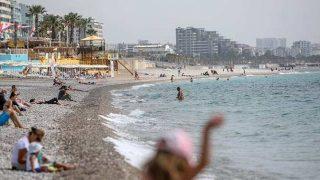 Antalya'da sıcaklığın artmasıyla sahiller doldu