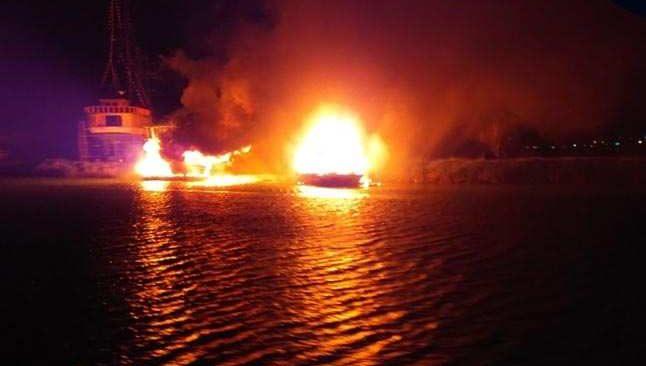 Antalya'da yanan teknede can pazarı! Saniyelerle kurtuldular...