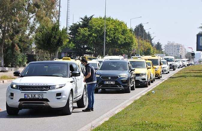 Tam kapanmanın ilk gününde Antalya trafiğinde yoğunluk yaşandı