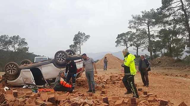 Antalya'da tuğla yüklü kamyonla otomobil çarpıştı... Yaralılar var...