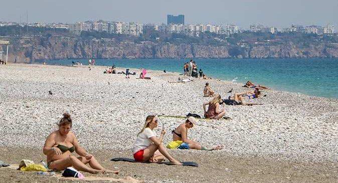 Antalya'da kısıtlamada sahilin tadını turistler çıkardı