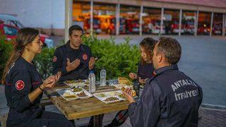 Antalya'da yangın bekçileri, oruçlarını 'itfaiyeci duası'yla açtı