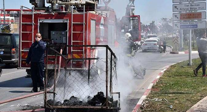 Atık malzeme toplayan gencin motosikletinin römorku yandı