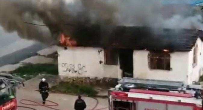Antalya'da metruk bina cayır cayır yandı
