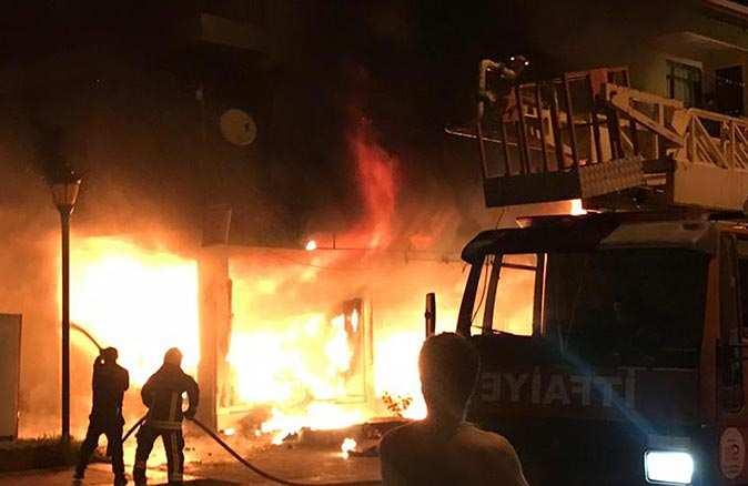 Gazipaşa'da eczanede yangın çıktı! Ortalık savaş alanına döndü