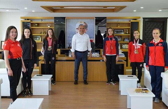 Başkan Uysal şampiyon sporcuları ağırladı