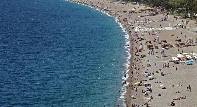 Dünyaca ünlü Konyaaltı Sahili'nde 19 Mayıs kalabalığı