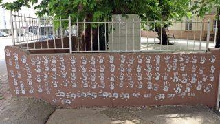 Antalya'da caminin duvarlarını el izleriyle doldurdu