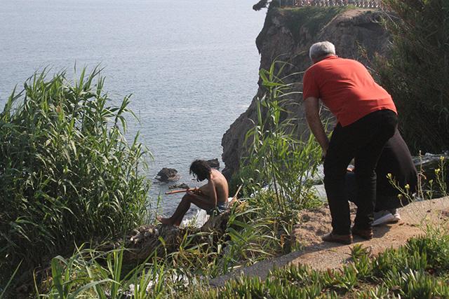 Antalya'da uçurumun kıyısında elinde sazla intihara kalkıştı