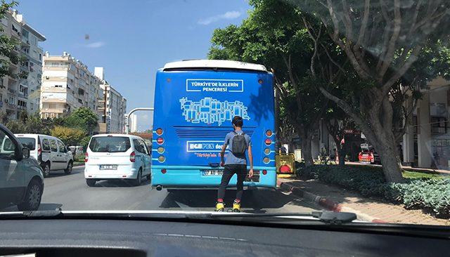 Antalya patenli genç, tutunduğu otobüsü durakta dahi bırakmadı