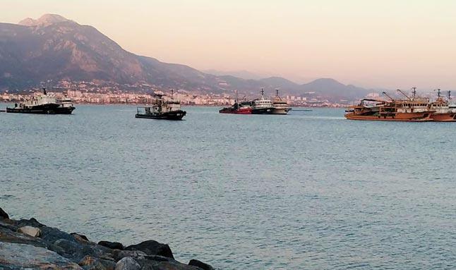 Trol tekneleri Alanya'ya geldi! Vatandaşlar tepki gösterdi