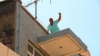 Antalya'da seyahat izni alabilmek için çatıya çıktı