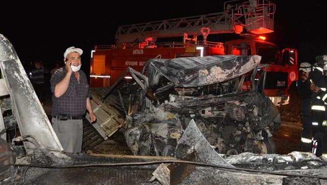 Antalya'da feci kaza! 2 kişi araç içinde yanarak öldü
