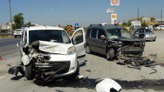 Antalya'daki kazada araçlar hurdaya döndü! Anne ve oğlu yaralandı