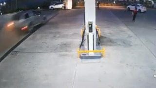 Antalya'da otomobil akaryakıt istasyonuna daldı