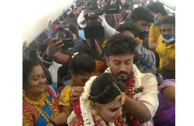 Koronavirüs kısıtlamasından kaçmak için uçakta düğün yaptılar