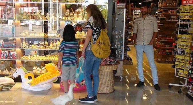 Antalya'da görenler şaşırıyor! Vik Vik isimli ördek çarşı pazar geziyor