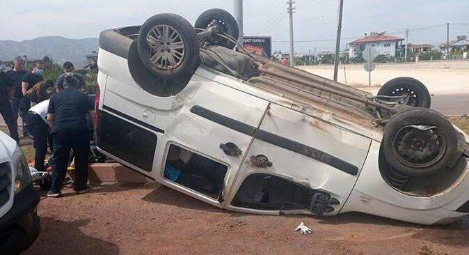 Antalya'da refüje çarpan otomobil takla attı
