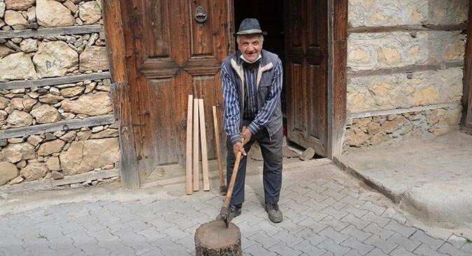 Nazmi Aldemir 300 yıllık düğmeli evlerde ata mesleğini sürdürüyor