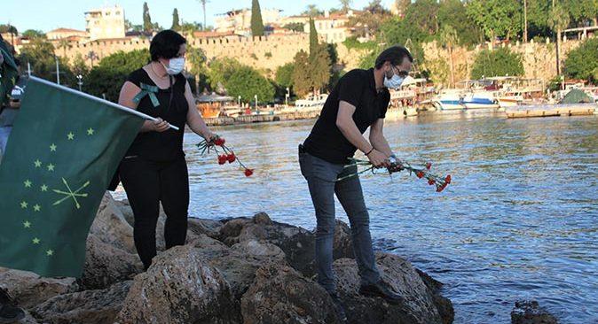 Sürgün edilen Çerkesler için Antalya'da denize karanfil bırakıldı