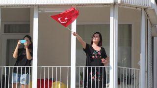 Antalya'da bayram coşkusu balkonlara taşındı