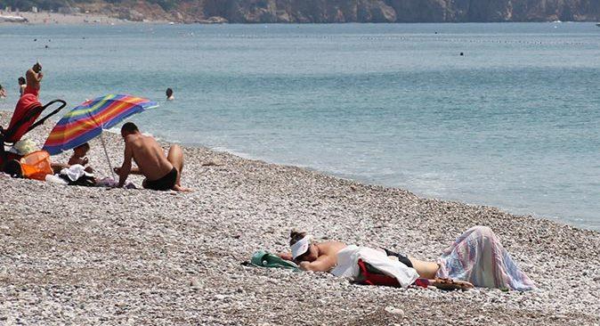 Dünyaca ünlü Konyaaltı Sahiline gelen turistler son kısıtlamanın tadını çıkardı