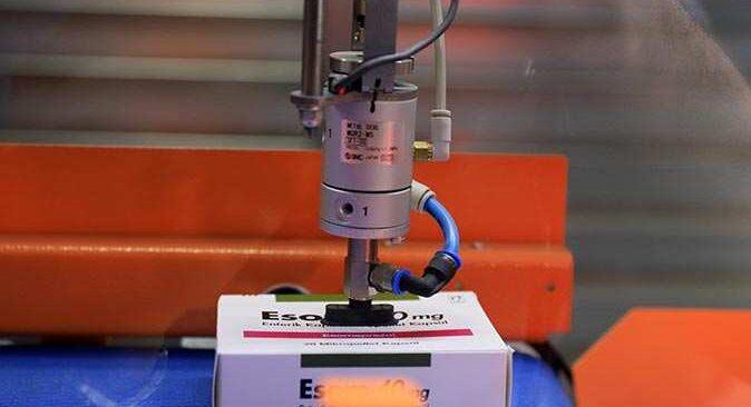 Antalya'daki eczanede akıllı robot hizmet veriyor, temas en aza iniyor
