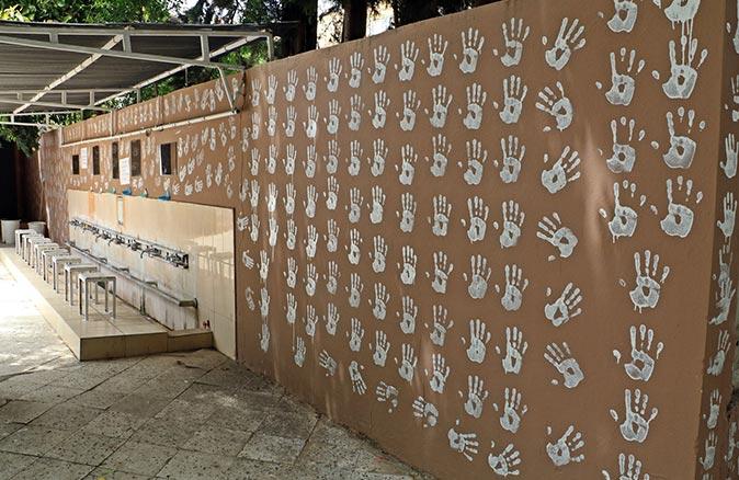 Antalya'da caminin bahçe duvarını el izleriyle doldurmuştu! Gözaltına alınan genç serbest bırakıldı