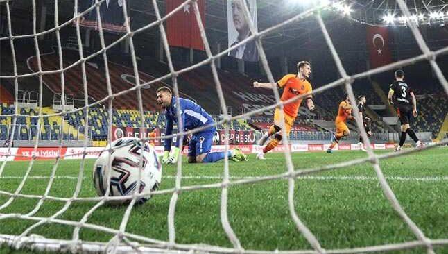 Galatasaray zirve yarışını bırakmadı