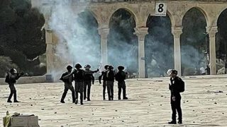 Mescid-i Aksa'da nöbet tutan Filistinlilere İsrail polisi müdahale etti