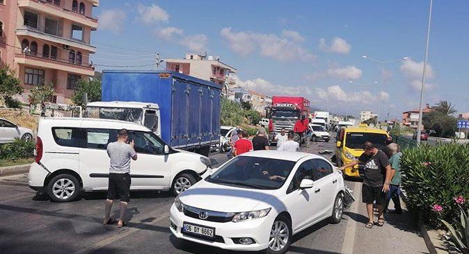 Antalya'da kamyon araçların arasına daldı
