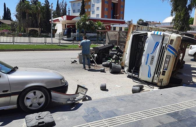 Antalya'da kamyon iki araca çarparak devrildi! Etraf savaş alanına döndü