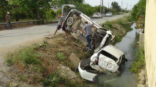 Antalya'da kavşakta çarpışan araçlar kanala uçtu! Yaralılar var