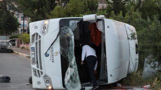 Antalya'da midibüs ile otomobil çarpıştı: Yaralılar var!