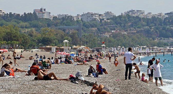 Kademeli normalleşmenin ikinci gününde herkes Konyaaltı Sahili'ne akın etti