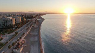 Konyaaltı Sahili'nde kartpostallık gündoğumu