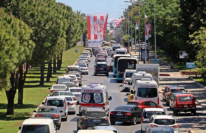 Antalya'da metrelerce araç kuyruğu oluştu! Sürücüler ambulans için seferber oldu