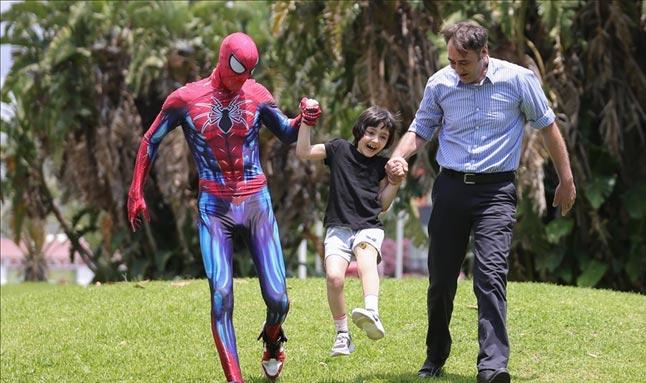 Küçük Özge'nin yüzü 'Antalyalı Örümcek Adam' ile güldü