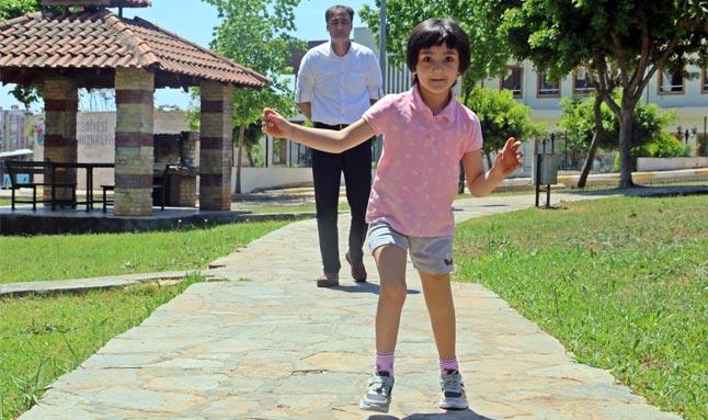 Minik Özge çifte bayram yaşadı... 8 yaşında koşmaya başladı!