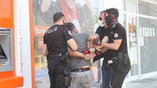 Antalya'da kısıtlamayı ihlal eden kişi polise zor anlar yaşattı