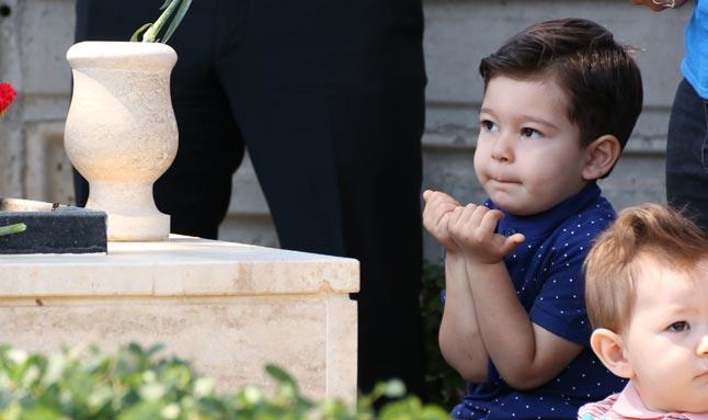 Şehit dayısına minik elleriyle dua etti