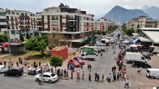 Antalya'da vatandaşlar pazara akın etti! Metrelerce kuyruk oluştu