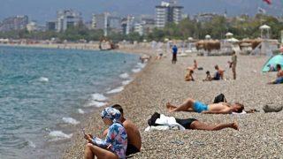 Kısıtlamadan muaf turistler Konyaaltı Sahili'ne akın etti